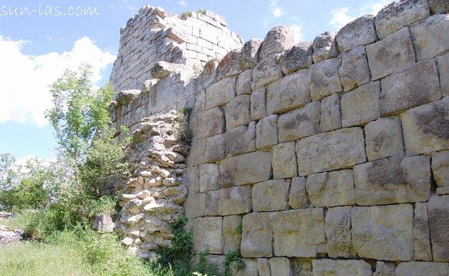 Сюйреньская крепость. Оборонительные стены