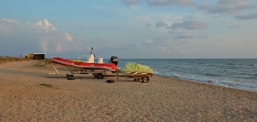 Катер на пляже